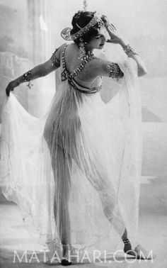 vintage everyday: Mournful Fate of Mata Hari, and 14 Stunning Photos of This Dutch Exotic Dancer, Courtesan and Notorious WWI Spy from Pin Up Vintage, Glamour Vintage, Vintage Girls, Vintage Beauty, Vintage Fashion, Vintage Gypsy, Mata Hari, Burlesque Vintage, Foto Portrait