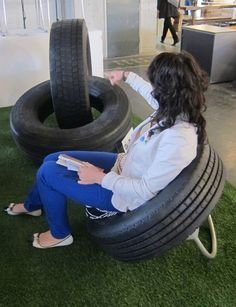 Tires are a big headache when it comes to waste management and recycling, but there are clever day ways to make DIY Furniture from recycled automotive tires Tire Furniture, Cheap Patio Furniture, Diy Furniture Easy, Diy Furniture Projects, Recycled Furniture, Furniture Removal, Tire Seats, Tire Chairs, Tire Craft