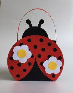Linda cestinha para sua festa com tema da ladybug, confeccionada em papel color plus 180 grs. Podendo caber várias opções de lembranças/doces. Aplique de flores em 3D. Medida somente da parte onde se coloca as guloseimas 8,3x8,3x3,8, dimensão total incluindo alça 15x12. Venha me consultar sob...