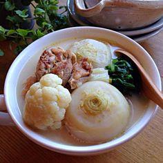 鰹•昆布出汁と鶏ガラ仕立てのスープに塩•生姜絞り汁とフライパンで焼き色を付けた鶏もも肉に日本酒を振りかけ水分を飛ばしたモノと蕪を入れ、蕪が柔らかくなったら長ネギとカリフラワーを投入!カリフラワーとネギを煮込んで最後に生クリームを入れてFinish( ^ω^ ) 蕪とカリフラワーのホロホロ感が身にしみる美味しい簡単スープです♡生姜汁と鶏もも肉の相性も◎であったまりますよ〜( ^ω^ )♪♪♪♪ - 28件のもぐもぐ - 朝ごはんスープです( ^ω^ )♪♪♪♪⚫︎かぶ•カリフラワーの中華風チキンスープ by obentocafe