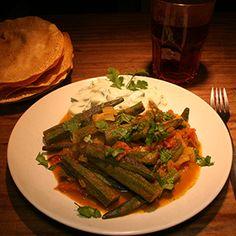Masala Bhindi - Okraschoten mit Tomaten, Zwiebeln und Gewürzen. Ein leckeres, indisches Gericht. Bhindi angebraten und in einer leckeren Soße gegaart.