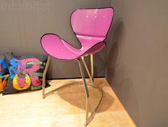 Rózsaszín szék olajoshordóból újrahasznosítva.
