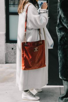 Fashion Week 2017 Posts Ideas For 2019 Looks Street Style, Looks Style, Style Me, Chanel Street Style, Tote Bag Chanel, Chanel Handbags, Suede Tote Bag, Suede Handbags, Inspired Outfits