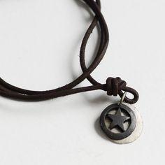 Colgante con estrella de hierro. Un bonito regalo para un chico o hombre. Colgante de hierro en forma de estrella. Va montado en collar de cuero de nudos corredizos. Precio: 19,50 €