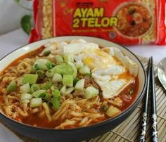 See related links to what you are looking for. Prawn Noodle Recipes, Veggie Recipes, Asian Recipes, Cooking Recipes, Mie Goreng, Homemade Ramen, Homemade Food, Good Food, Yummy Food