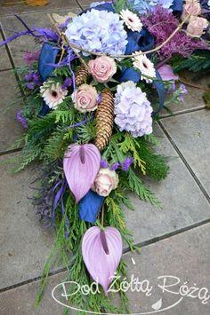 "Blog Kwiaciarni ""Pod Żółtą Różą"" » kompozycje nagrobne Funeral Memorial, Funeral Flowers, So Creative, Fall Flowers, Ikebana, Beaded Embroidery, Floral Wreath, Wreaths, Wallpaper"