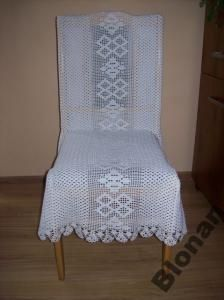 Biały pokrowiec na krzesło robiony ręcznie szydełkiem