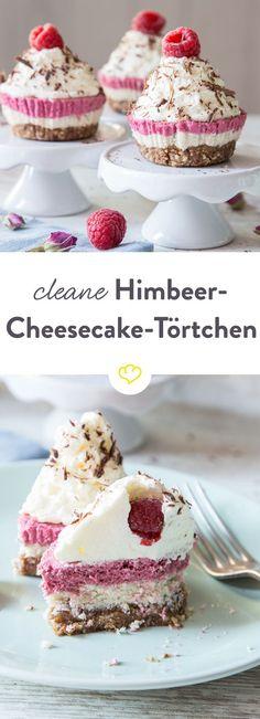 Himbeer-Cheesecake-Törtchen ganz clean - aus Mandeln und Datteln. Und aus einer Creme aus Cashewkernen, Kokosmilch, Kokosflocken und Kokosöl.