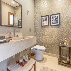 Inspiração de lavabo. ❤️ #decoracao #banheiros #lavabos #reforma #construcao #arquitetura #design #homedecor #arq #interiores #interiordesign #designdeinteriores #decoracao #decor #projetos 👉🏼 Confiram a  @arquitetura_antes_depois com diversos projetos arquitetônicos.