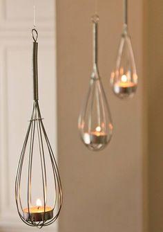 * Decora tu #cocina. #Reutiliza los globos de cocina para batir y dale un toque creativo a la iluminación de tu comedor.