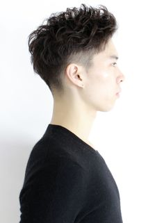 スポーティーテイストの爽やかなオシャレショートです。サイドと後ろは低めに刈り上げて、若干ツーブロックにして動きをつけやすくしています。ゆるめにパーマをかけた方がスタイリングがらくになります。インスタグラム@otsumiramuki #kimura_hair #キムラミツオ #kimuramitsuofacebook#木村光男