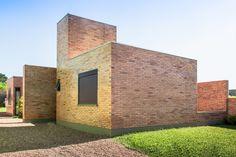 Construído na 2011 na Guaíba, Brasil. Imagens do Alexandre Prass. O ano era 2010 e o jovem casal com dois filhos sonhava construir sua casa própria, e para isto procurou habilitar-se no programa Minha Casa/Minha...