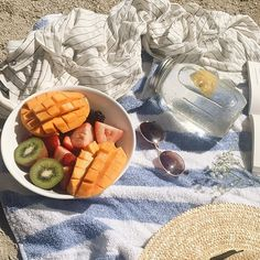 Have a picnic on the beach Cute Food, Good Food, Yummy Food, Tasty, Healthy Foods To Eat, Healthy Life, Healthy Recipes, Food N, Food And Drink