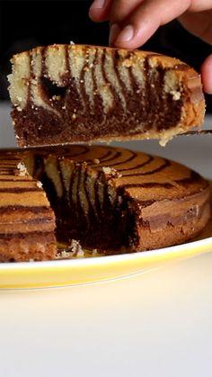 Bolo Zebra Zebra cake, simple and beautiful! New Year's Desserts, Christmas Desserts Easy, Chocolate Desserts, Simple Chocolate Cake, Baking Recipes, Cake Recipes, Dessert Recipes, Marmer Cake, Resep Cake