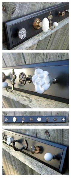 schwarzer selbstgemachter kettenständer aus holz, griffe, weiße rose