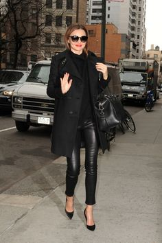 Ok, sabemos que los leather pants no son precisamente fáciles de llevar. Que su background rockero y/o vaquero limita a muchas mujeres en atreverse a usarl