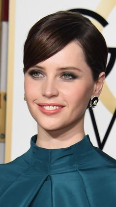 Golden Globes Hairstyles: Felicity Jones, Claire Danes and Keira Knightley Damp Hair Styles, Short Hair Styles, Balyage Short Hair, The Brothers Bloom, Dior Foundation, Red Carpet Makeup, Low Chignon, Baked Blush, Rian Johnson