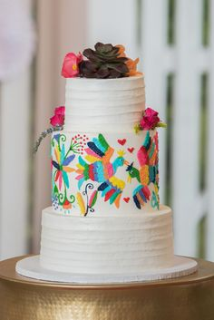 Hola mis amigos! This Virginia Cliffe Inn styled wedding provided a lush backdrop for a festive Mexican-inspired wedding . If you're looking for a Richmond, Virginia wedding venue , then look no further. The true essence of an authentic cultural fiesta with close friends and family was achieved