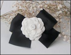 Broche pin con lazo de raso y camelia de piel blanca por Finasita