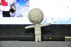 photo tutorial : how to make little string doll - fun! Doll Crafts, Crafts To Do, Diy Craft Projects, Yarn Crafts, Diy Yarn Dolls, Diy Doll, Zombie Dolls, Creepy Dolls, Doll Tutorial