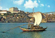 Barco rabelo _ O barco rabelo é uma embarcação portuguesa, típica do Rio Douro que tradicionalmente transportava as pipas de Vinho do Porto do Alto Douro, onde as vinhas se localizam, até Vila Nova de Gaia - Porto, onde o vinho era armazenado e, posteriormente, comercializado e enviado para outros países.