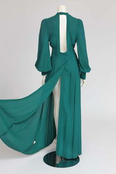 For Sale on - This wrap dress in emerald green moss crepe, is a flattering and glamorous low-cut plunge maxi-length silhouette. Typical of the Ossie Clark design, Biba Fashion, Retro Fashion, Vintage Fashion, Blouse Dress, Dress Skirt, Wrap Dress, Pantalon Elephant, Vintage Dresses, Vintage Outfits