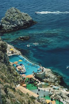 The most beautiful hotels in Italy as captured by Slim Aarons | Vogue Paris Positano, Amalfi, Beautiful Hotels, Life Is Beautiful, Palaces, Slim Aarons Prints, Venice Lido, Hotel Punta, Le Palace