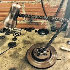 Desk Lampe chaîne moto recyclée Garage Furniture, Car Part Furniture, Automotive Furniture, Automotive Decor, Steel Furniture, Industrial Furniture, Metal Art Projects, Welding Projects, Lampe Steampunk