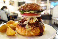 今月はスパイシーポークチョップバーガーチポトレソースでじっくり煮込まれた厚切りの豚ロースがどーんとトッピングされたスパイシーでボリューミーなバーガー旨味が濃縮したチポトレソースとホロホロに柔らかくなった豚肉が最高に美味い #food #foodporn #meallog #burger #burger_jp #ハンバーガー # #tw