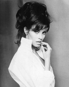 Raquel Welch is Gorgeous! - - Raquel Welch, by Roy Round Rachel Welch, Hollywood Glamour, Hollywood Stars, Classic Hollywood, Old Hollywood, Hollywood Actresses, Divas, Classic Beauty, Timeless Beauty