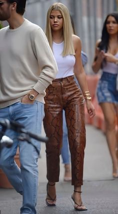 celebrity style 2020 - Styling Tips + celebrity style casual _ celebrity style street _ celebrity style red carp Mode Outfits, Casual Outfits, Fashion Outfits, Fashion Sets, Fashion Killa, Look Fashion, Street Fashion, Luxury Fashion, Pvc Jeans