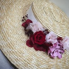Canotier ala ancha con flores preservadas. Mitten Gloves, Mittens, Hair Cover, Diy Hat, Cloche Hat, Boater, Baby Accessories, Headdress, Grapevine Wreath