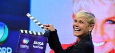 """Aos gritos de """"a rainha voltou"""" e confetes, Xuxa é recebida por fãs no Rio #Apresentadora, #Fotos, #Globo, #Grupo, #Musical, #Novo, #Programa, #Record, #RioDeJaneiro, #True, #Xuxa http://popzone.tv/aos-gritos-de-a-rainha-voltou-e-confetes-xuxa-e-recebida-por-fas-no-rio/"""