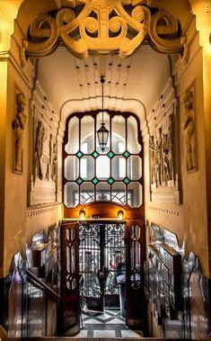 Art nouveau entryway, Budapest   (Lakóház a budapesti Hegedűs Gyula utcában)