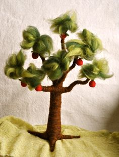 Waldorf inspired needle felted Tree: Spring and Apple Tree. Crafts To Do, Felt Crafts, Waldorf Crafts, Waldorf Toys, Felt Wall Hanging, Bear Felt, Spring Fairy, Nylon Flowers, Needle Felting
