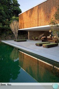 Feita com bambus, esta casa em Ilhabela é um exemplo de sofisticação e modernidade. Além de ser sustentável, o aspecto do bambu é lindo e chama a atenção dos turistas. Um projeto do Studio MK 27.