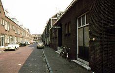 Eendrachtstraat 1977, links boven bij de bloembakken hebben wij op nr 48b gewoond, ook m'n oude blauwe Renault 4 staat nog voor de deur.