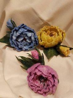 felted brooches Троянди у вигляді брошок. Використана вовна австралійського мериносу. Декоровані бісером і різними камінчиками.