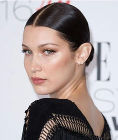 Red Carpet Makeup Look : Be generous with your time, heart attention, and money. - Looks Magazine Bella Hadid Short Hair, Bella Gigi Hadid, Bella Hadid Makeup, Beauty Makeup, Hair Makeup, Hair Beauty, Wet Look Hair, Red Carpet Makeup, Sleek Hairstyles
