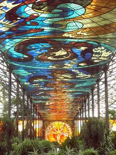 The Cosmovitral is a botanical garden in the heart of Toluca. It boasts 400 species of plants and the largest series of stained glass windows in the world. The stained glass ceiling measures 3200 square meters and is made of glass pieces. Art Of Glass, Stained Glass Art, Stained Glass Windows, Mosaic Glass, Mosaic Mirrors, Mosaic Art, Art Nouveau, L'art Du Vitrail, Large Artwork