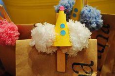 Pacotinho kraft personalizado com nome+ grampo decorado com tema da festa.   Um charminho que pode ser rechado com guloseimas, brinquedos e outras lembrancinhas!   Pode ser desenvolvido para outros temas além do circo, como: safari, floresta, bailarina, princesas, passarinhos, etc..... OBS: O nome é carimbado à mão e pode conter marcas das bordas do próprio carimbo. R$ 3,60