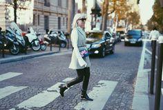 Lederhose, schwarze Boots, weiße Bluse. Für Paris habe ich einfach einmal meine FW Essentials in ein Outfit gepackt und das kam dabei raus. Zum Look mit Zign Boots und Jimmy Choo Bag:  http://www.blogger-bazaar.com/2015/10/05/the-plexi-boots/, Tanja Trutschnig, Blogger Bazaar