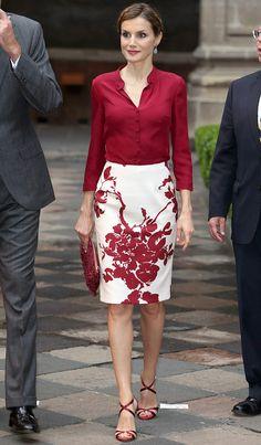 Outfit en color vinotinto y blanco: falda con print floral de Felipe Varela. Sandalias de CH Carolina Herrera.