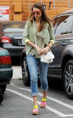 b639f11590a8 Trucos de estilismo de las celebrities para las vacaciones  Jessica Alba  Preppy Casual