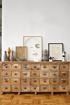 Apoyados - AD España, © Montse Garriga En el comedor de la casa de Laureen Rossouw en Ciudad del Cabo, mueble francés de botica con dibujos de artistas locales como Tracy Payne y Johannes Meintjes y cerámica de los 60.