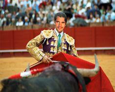 Fotomontaje como torero en plena corrida de toros, que tus amigos y familiares te griten ole ole con este montaje para hombres de torero en plena plaza de toros, aquí tienes capa roja y un elegante vestido. ...