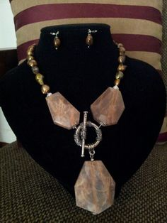 25d291942442 Collar perlas de río y tres piedras de carnelia bruto. Kml