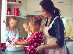 Küchenarbeit macht Spaß! Wir haben tolle Tipps zum Kochen mit Kindern vorbereitet, mit denen alle Beteiligten bei der Essenszubereitung voll auf ihre Kosten kommen.