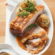 Schweinekrustenbraten mit Biersauce und Brezenknödeln Rezept | Küchengötter