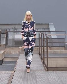 Spring Summer 2020 Ready-to-Wear Collection. Runway Show by Chanel. Women's Summer Fashion, Runway Fashion, Fashion Trends, Women's Fashion, Spring Outfits Women, Outfits For Teens, Classy Womens Dresses, Edgy Dress, Asian Street Style